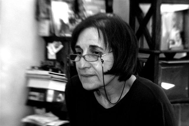 «Στὴ μέση τῆς ἀσφάλτου»: η ποιητική διαδρομή της Μαρίας Κυρτζάκη